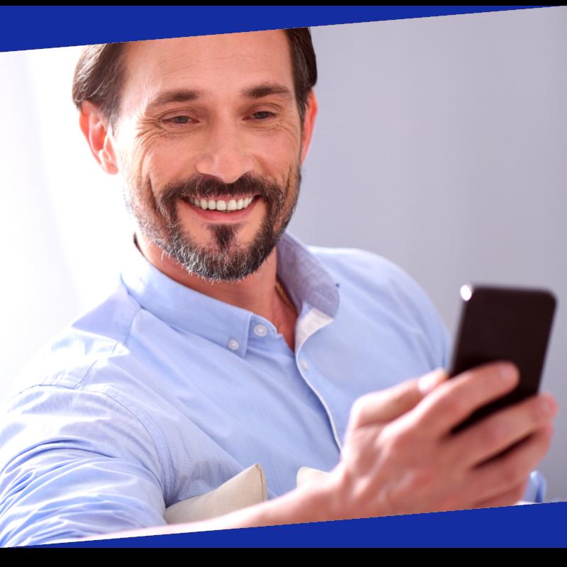 Person guckt zufieden auf sein Handy